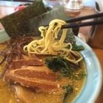 ラーメン横浜家 - 角煮ラーメン スープにも角煮にも獣臭さが出ている。