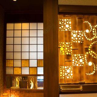個室は予約必須!!ラグジュアリーな輝きが満ちています。