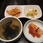韓国旬彩料理 妻家房 - ランチセットのキムチとスープ