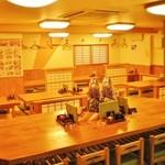 酒彩 羽々和 - 中央テーブル席とお座敷席