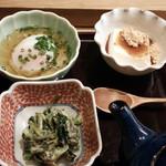 25849712 - 青菜の白和えと出汁入り温泉玉子、水菓子は胡麻豆腐。手前の急須には、鰹節の一番出汁でしょうか?しっかりとした出汁です。