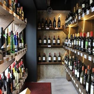 入口に並ぶワイン達、この空間がCOBY独特のワインセラー