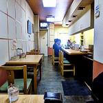 カフェ デ カリー - カウンターとテーブル席の店内