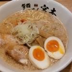 宮本 - 背脂らーめん醤油¥700(半玉サービス・¥50相当)