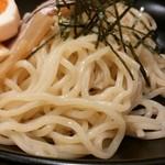 宮本 - 中太やや細ウェーブ麺はやや少ない
