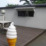 カフェ ロワン - 入り口脇でソフトクリーム販売
