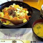 寿司処 六ちゃん - おまかせ丼とお味噌汁です