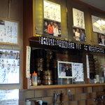 寿司処 六ちゃん - 写真とサイン色紙が壁にびっしりと(当然これだけではなかったですよ)