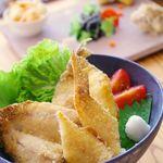 おおむろ軽食堂 - 伊東港で水あげされた旬の地魚3種を贅沢なフライに!「地魚フライ丼」