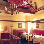 ヌガ - 二階 一階とは違い、落ち着いたテーブル席。ゆっくりとお食事していただけます。