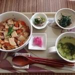 ピーストチャ - ほうじ茶ご飯の日替丼(550円)+セット(300円)