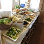 火星 - バイキングコーナーです。サラダとお総菜、デザートという構成。