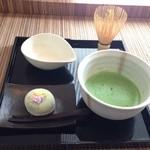 ピーストチャ - セルフ抹茶(380円)+ヨモギ饅頭(290円)