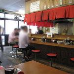 麺篤屋 - 子連れファミリー用にベビーチェアもちゃんとありましたよ。テーブル間もまぁまぁ広いので、ベビーカーもなんとか大丈夫そう。