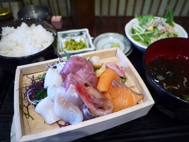 煉 大宮店 - 刺身てんこ盛り定食 900円。