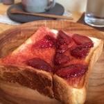 賀茂窯 - 自家製ジャムトースト。上賀茂産のイチゴを使用しているそうです。