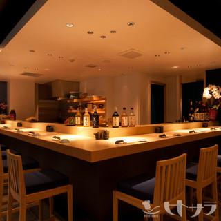 迫力の料理をライブ感と共に堪能できる、人気のカウンター席!