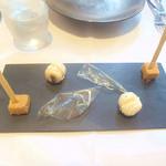 25905903 - ナッツのギモーブ、ニシンの卵のマカロン、透明なポテトチップ