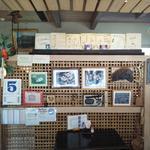 喫茶  柏 - 店内の衝立【衝立の裏に昔の茶箪笥あり】