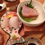 浪花ろばた 頂鯛 北新地店 - 頂鯛定食(1000円)イカなどのお造り