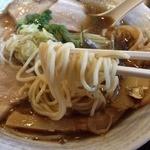 麺ゃ しき - 限定!九十九里浜煮干し醤油(880円)麺リフト