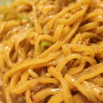 麺屋三郎 - 混ぜますと卵黄、ミンチの色がほんのりつきます!