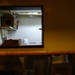 黒うどん 山長 - カウンターから厨房を見たところ