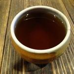 黒うどん 山長 - サービスのお茶