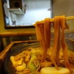黒うどん 山長 - 平打ちの太麺アップ