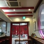 元祖豚饅頭 老祥紀 - 店内は奥に広く、カウンターもあります