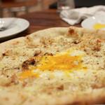 トラットリア ラ ブリアンツァ - 「鶏の白ワイン煮と卵とチーズのピッツア」