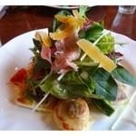 クロキ - 次にボリュームのある「前菜」・・お野菜タップリですよ。 お野菜の下には「帆立」「魚」「鶏肉」のグリル、、上には「生ハム」「チーズ」がのせられています