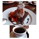 クロキ - デザート盛り合わせとコーヒー・・濃厚なチョコレートケーキです。甘いものがお好きな方は喜ばれるでしょう。