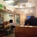 路麺えんそば - 店内の様子 日本酒の品ぞろえが豊富らしい 奥に製麺室が見える