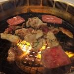すたみな太郎 - 無煙ロースターで焼いて食べる。2014.4.4