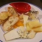 かるいごちそう - お通しのチーズ5種+おまけ