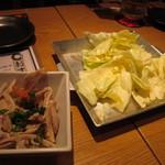 腹黒屋 - お通しの塩キャベツと酢もつ