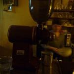 ダブリンルームカフェ - カウンターにあるコーヒー豆を挽く機械