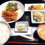 おいしい台所12カ月 - 〔日替ランチ〕 鶏の唐揚げ、ポテトサラダ、まぐろ大和煮、切干大根の定食(¥800)