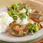 農かふぇ - 農かふぇオリジナルメニュー鶏とアボカドの豆腐ハンバーグ
