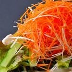 焼肉ぎゅうぎゅう - TVや雑誌にも紹介されたことがある名物サラダです。