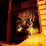 宮田邸 - 中庭には木のライトアップ