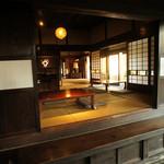 宮田邸 - 土間から居間を眺める