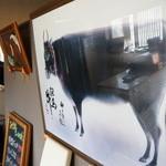 みき家 - 入ったところに掲げられている大きな但馬牛の絵