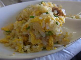 なごむ - 炒飯は卵のきれいな黄色に輝いています