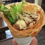 クレープカフェ ココ - 久々の『Crepe cafe Coco 湊町店』。まずは食事系クレープ「照り焼チキン」から。テリチごろごろ、レタスもたっぷり!意外と食べ応えあります♪