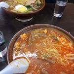 萬福食堂 - 奥の五目ウマニそばと、手前はタンタン麺
