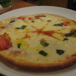 イタリア食堂 ガティーノ - 2種類のモッツエラチーズとフレッシュバジルとフレッシュトマトのピザ1500円