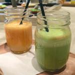 コスメキッチンカフェ - 本日のRow Juice(ほうれん草などのグリーンスムージーと人参やオレンジのスムージー)