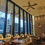 ドッグデプトカフェ - 天井が高く・・